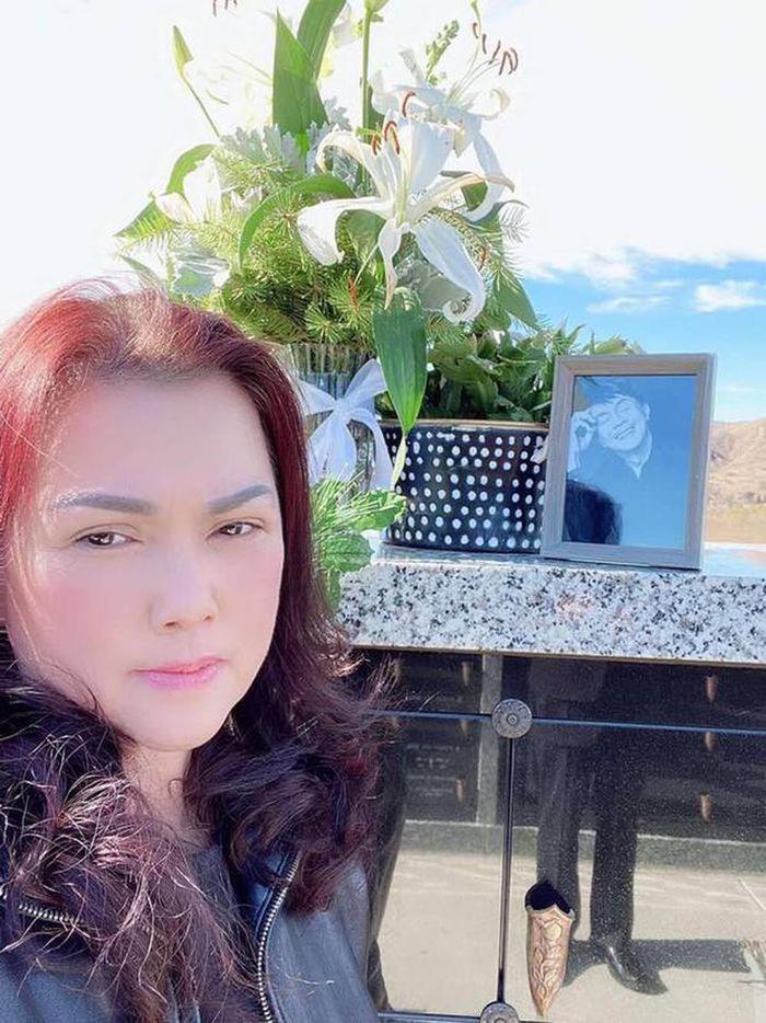 Bà xã Phương Loan 'hôn gió' trước di ảnh cố NS Chí Tài khiến fan xúc động Ảnh 2