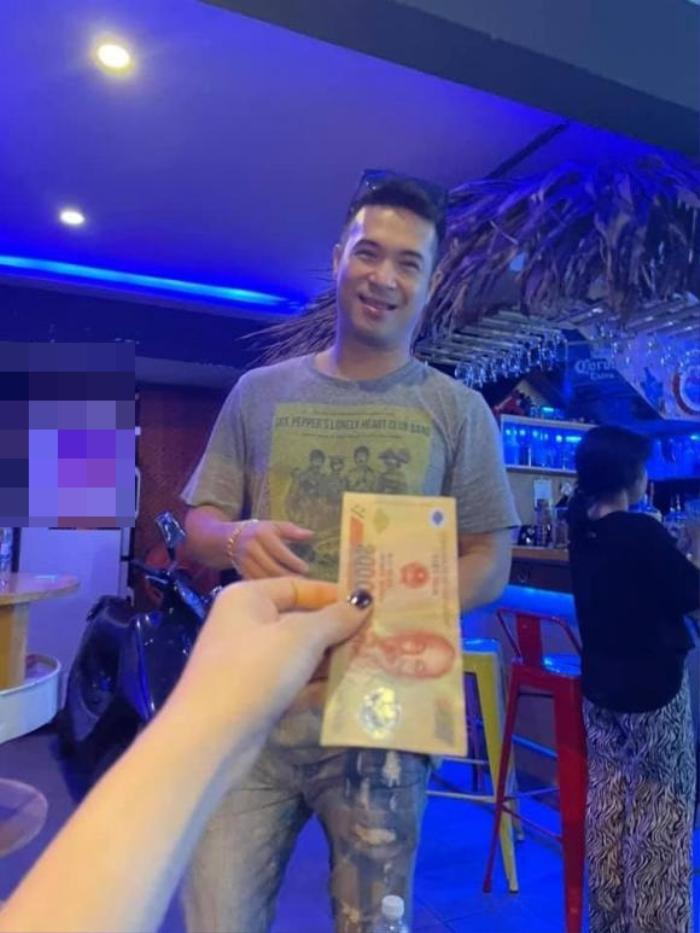Đi chơi mà quên mang tiền, Trương Thế Vinh ngại ngùng hỏi vay từ Thúy Ngân Ảnh 2