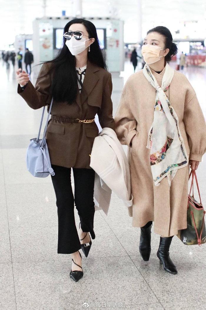 Đeo khẩu trang kín tại sân bay nhưng Phạm Băng Băng cùng mẹ vẫn toát ra thần thái sang trọng hơn người Ảnh 5