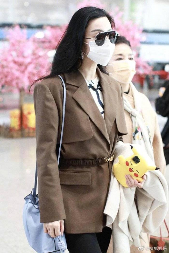 Đeo khẩu trang kín tại sân bay nhưng Phạm Băng Băng cùng mẹ vẫn toát ra thần thái sang trọng hơn người Ảnh 2