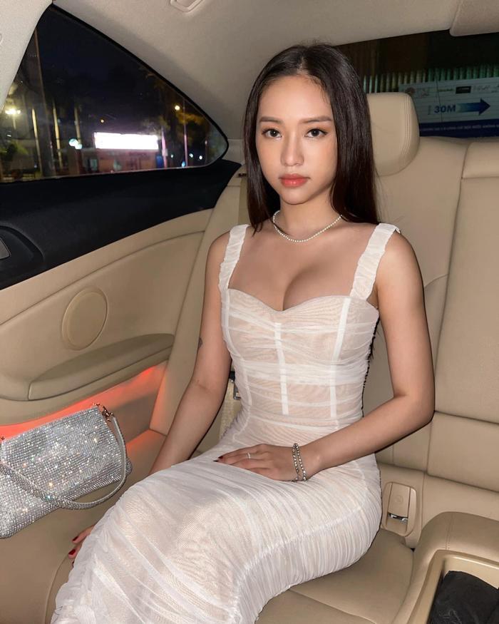 'Tình cũ Phan Thành' khoe đường cong nóng bỏng với loạt trang phục xuyên thấu lộ nội y