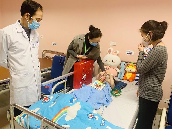 Những hình ảnh đáng yêu, khỏe khoắn của cháu bé 3 tuổi rơi chung cư trong ngày xuất viện Ảnh 2