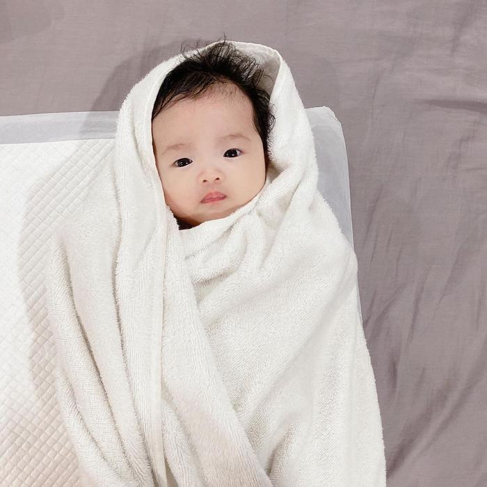 Loạt khoảnh khắc 'cưng xĩu' của con gái Đông Nhi trước và sau khi được mẹ đưa đi tắm Ảnh 2