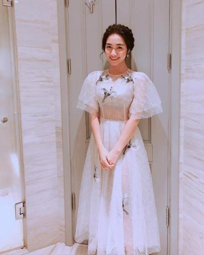 Hòa Minzy có 1001 bí kíp thời trang giấu bụng, sinh con rồi mà vẫn như gái 18 Ảnh 9