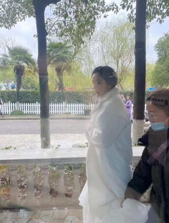 Không sợ Ngụy Đại Huân ghen, Dương Mịch nhìn chằm chằm 'tình trẻ' Hứa Khải trên phim trường Ảnh 3