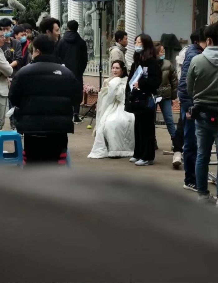Không sợ Ngụy Đại Huân ghen, Dương Mịch nhìn chằm chằm 'tình trẻ' Hứa Khải trên phim trường Ảnh 6