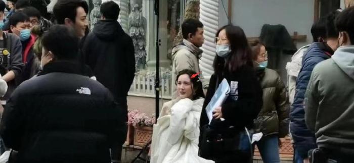 Không sợ Ngụy Đại Huân ghen, Dương Mịch nhìn chằm chằm 'tình trẻ' Hứa Khải trên phim trường Ảnh 7