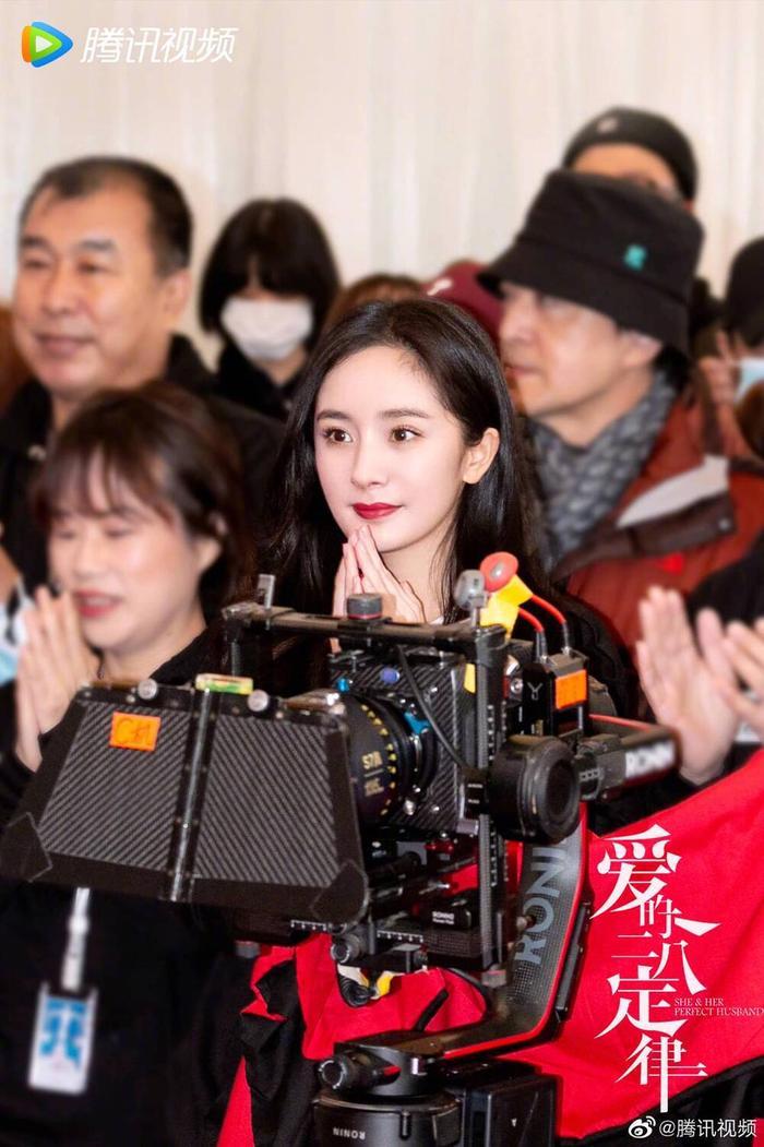 Không sợ Ngụy Đại Huân ghen, Dương Mịch nhìn chằm chằm 'tình trẻ' Hứa Khải trên phim trường Ảnh 2