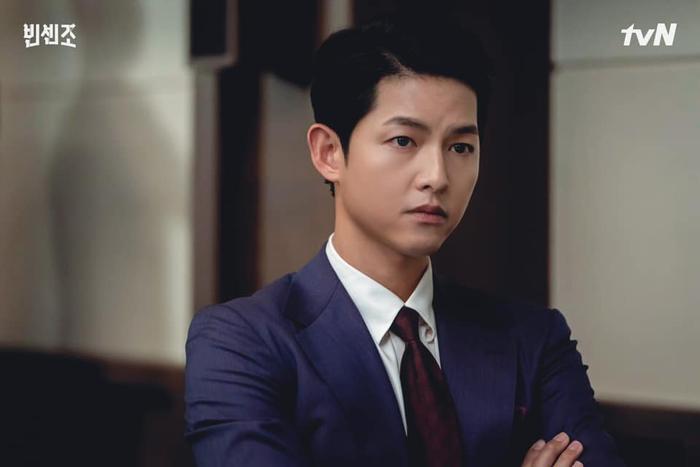Song Hye Kyo khoe làn da trắng nõn nà, Song Joong Ki trầm tư trong đêm muộn! Ảnh 5