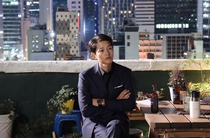 Song Hye Kyo khoe làn da trắng nõn nà, Song Joong Ki trầm tư trong đêm muộn! Ảnh 4