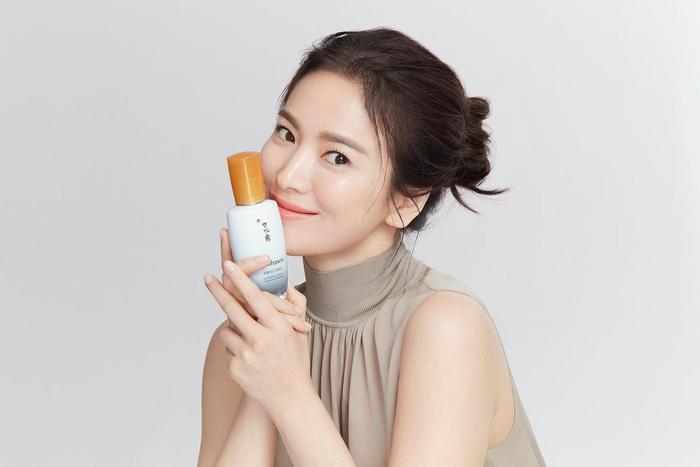 Song Hye Kyo khoe làn da trắng nõn nà, Song Joong Ki trầm tư trong đêm muộn! Ảnh 2