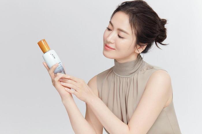 Song Hye Kyo khoe làn da trắng nõn nà, Song Joong Ki trầm tư trong đêm muộn! Ảnh 1
