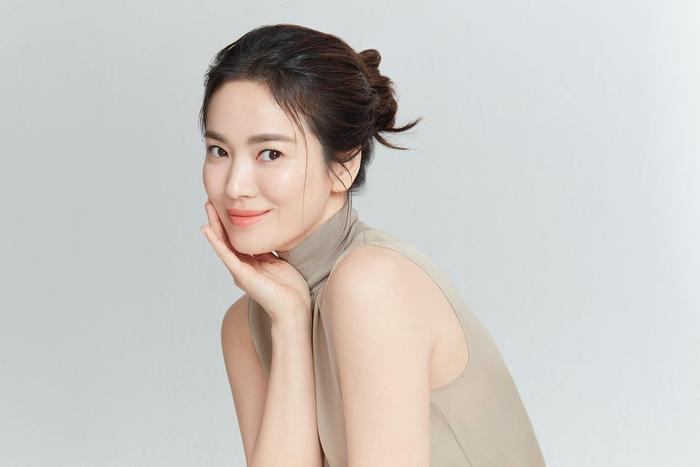 Song Hye Kyo khoe làn da trắng nõn nà, Song Joong Ki trầm tư trong đêm muộn! Ảnh 3
