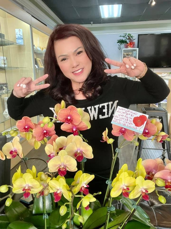 Bà xã cố nghệ sĩ Chí Tài nhận được quà 8/3 muộn nhưng vẫn rất vui: Là chú heo cùng lẵng hoa Ảnh 2