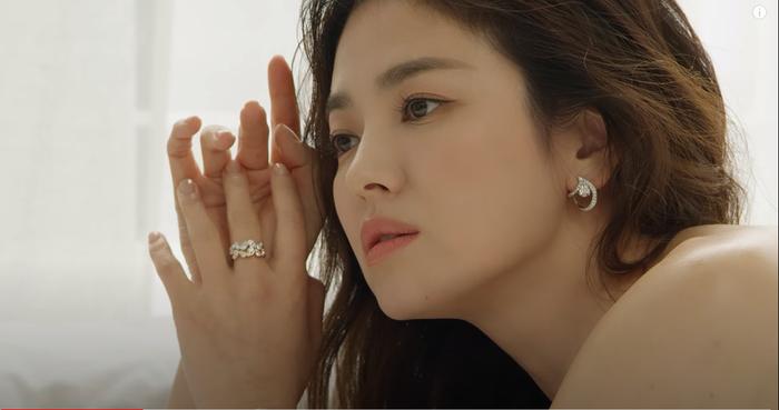 Song Hye Kyo diện váy cưới đẹp hờ hững: Hóa Vương hậu trong tích tắc! Ảnh 4