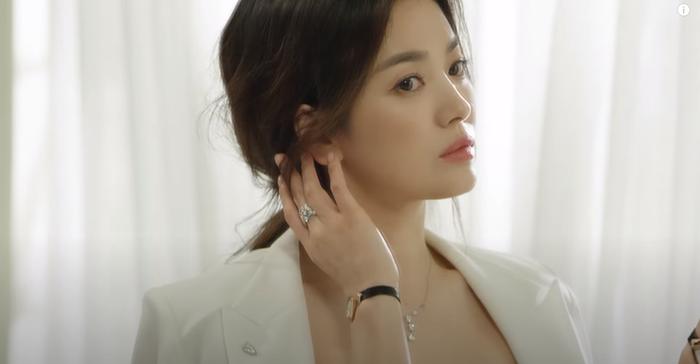 Song Hye Kyo diện váy cưới đẹp hờ hững: Hóa Vương hậu trong tích tắc! Ảnh 2