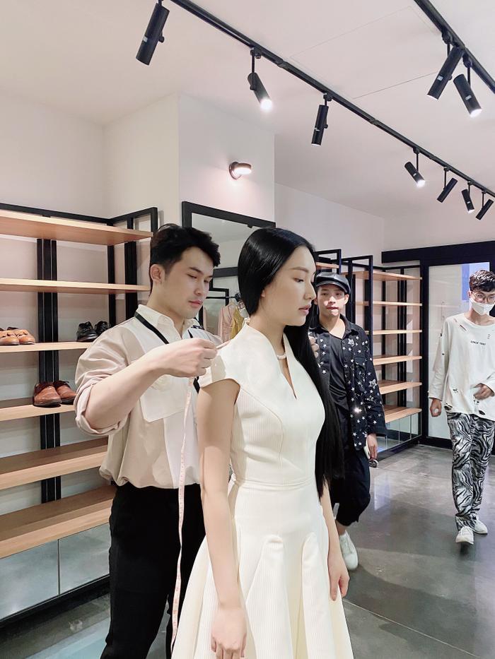 Jun Vũ diện 8 bộ váy cho 'vai phụ không thoại' ở Gái già lắm chiêu V Ảnh 23