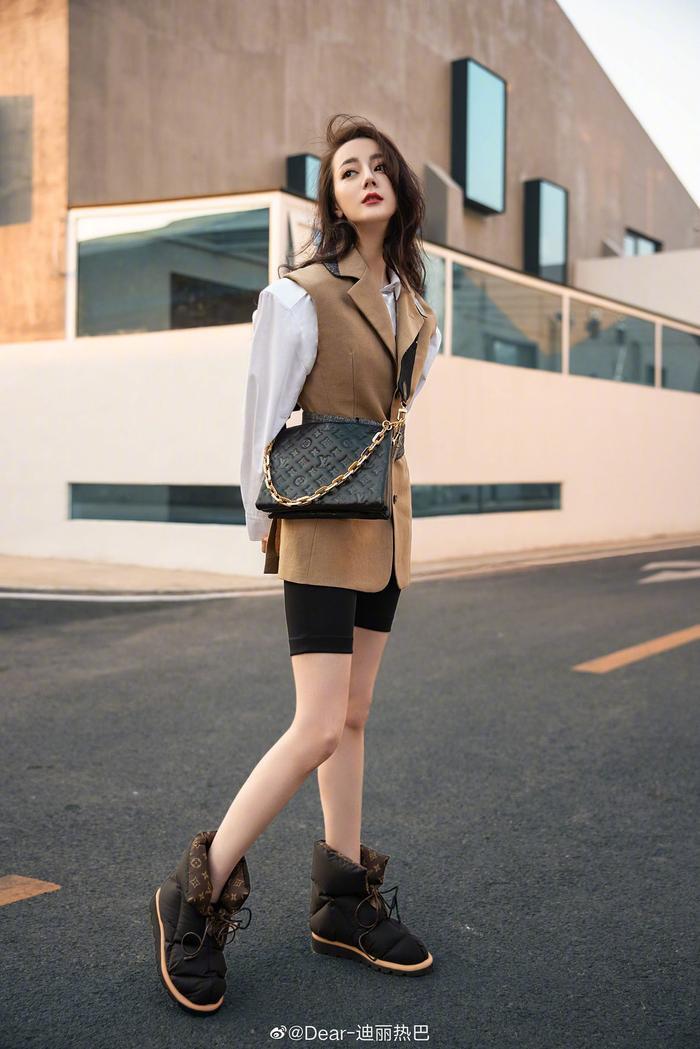 Lưu Diệc Phi & Địch Lệ Nhiệt Ba mặc đồ giản dị nằm ườn trên sofa xem show Louis Vuitton Ảnh 5