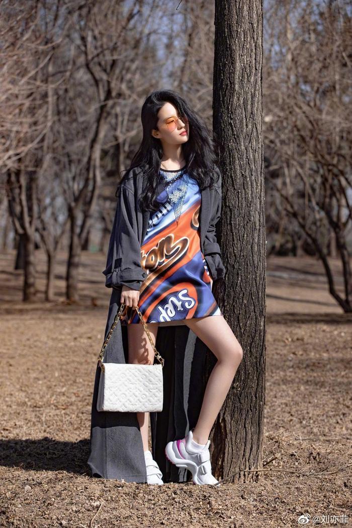 Lưu Diệc Phi & Địch Lệ Nhiệt Ba mặc đồ giản dị nằm ườn trên sofa xem show Louis Vuitton Ảnh 4
