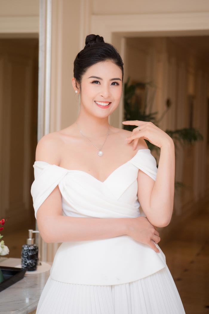 Hoa hậu Ngọc Hân tặng quà cho bố mẹ trong ngày sinh nhật của mình Ảnh 1