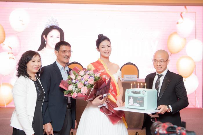 Hoa hậu Ngọc Hân tặng quà cho bố mẹ trong ngày sinh nhật của mình Ảnh 2