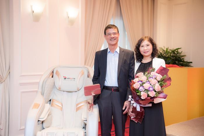 Hoa hậu Ngọc Hân tặng quà cho bố mẹ trong ngày sinh nhật của mình Ảnh 4