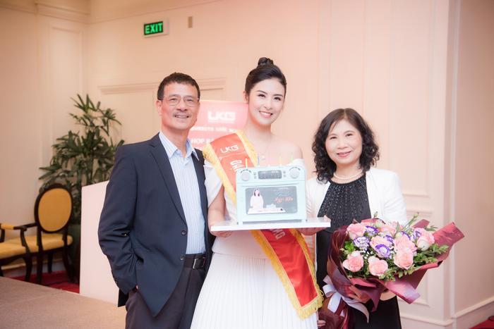 Hoa hậu Ngọc Hân tặng quà cho bố mẹ trong ngày sinh nhật của mình Ảnh 3