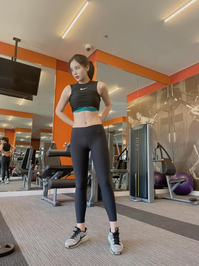 Hoa hậu Kỳ Duyên kéo áo khoe cơ bụng nhưng lại bị fan soi lộ nội y kém duyên Ảnh 2