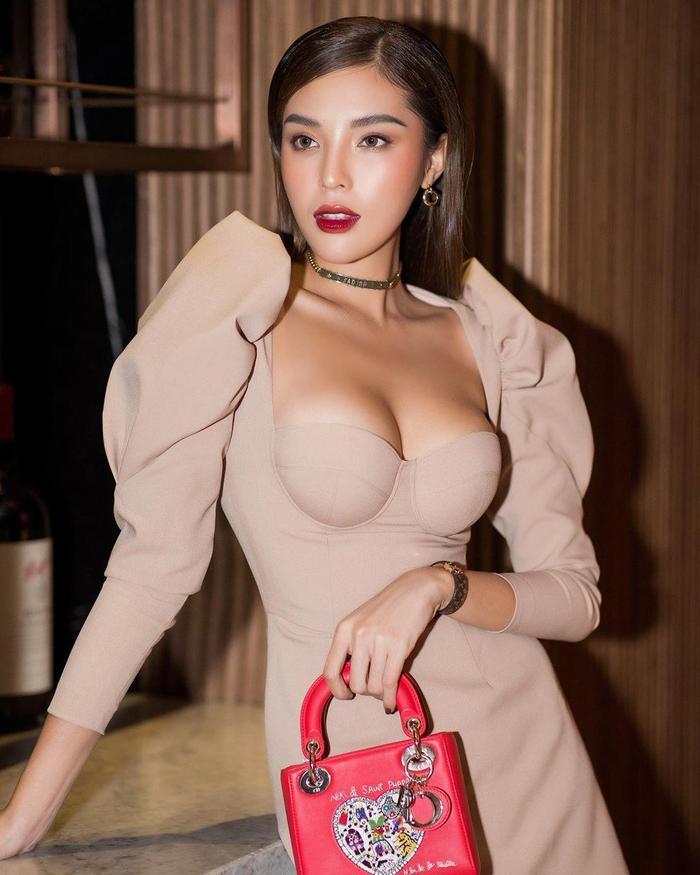 Hoa hậu Kỳ Duyên kéo áo khoe cơ bụng nhưng lại bị fan soi lộ nội y kém duyên Ảnh 5