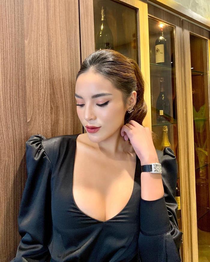 Hoa hậu Kỳ Duyên kéo áo khoe cơ bụng nhưng lại bị fan soi lộ nội y kém duyên Ảnh 6