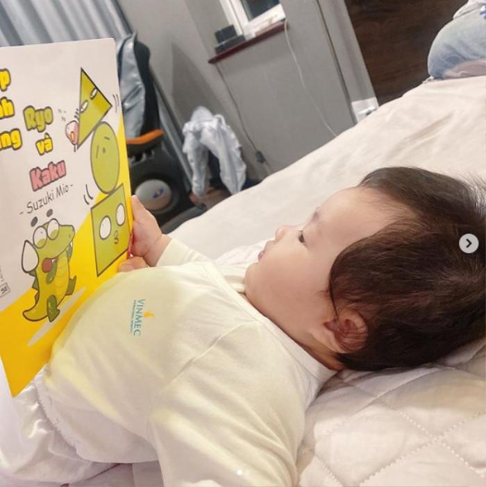 Nhóc tì sao Việt mới tí tuổi đầu đã 'chăm học', con gái Đàm Thu Trang siêu 'bá đạo' Ảnh 1