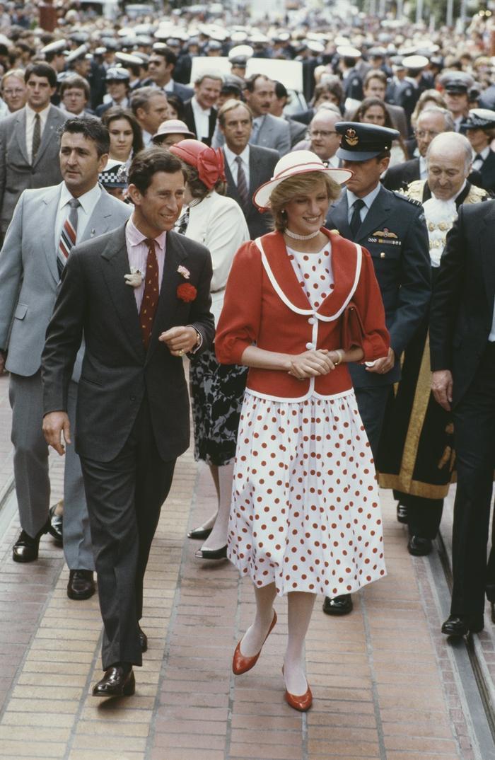 Sợi chỉ đỏ xuyên suốt gu thời trang của Công nương Diana và hai con dâu Kate & Meghan Ảnh 3
