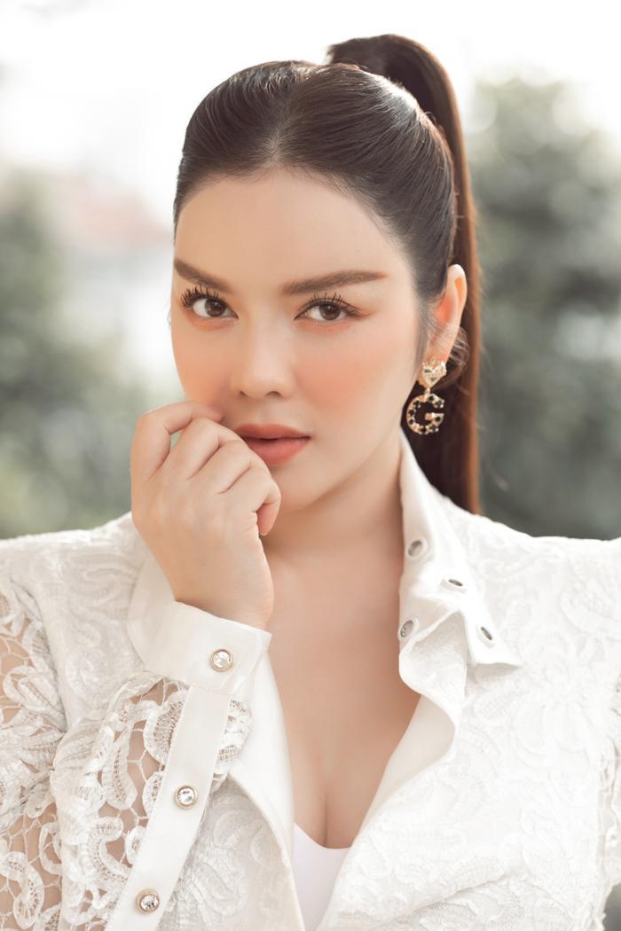 Lý Nhã Kỳ diện váy ren trắng giá ngàn đô, đẹp như nữ thần ánh sáng mê hoặc bao ánh nhìn Ảnh 3