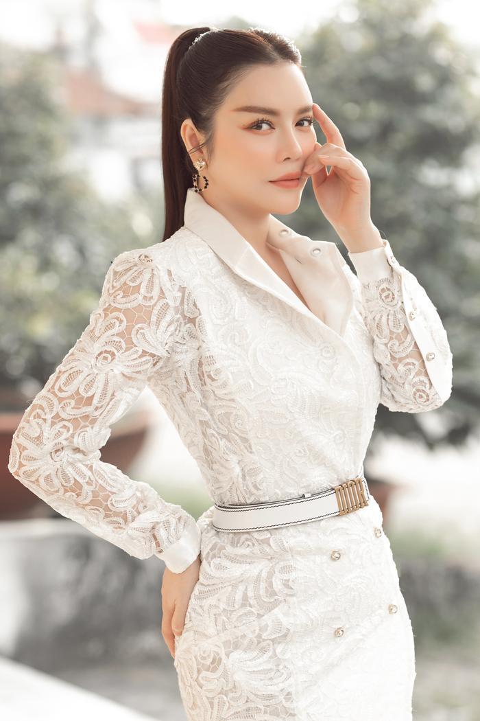 Lý Nhã Kỳ diện váy ren trắng giá ngàn đô, đẹp như nữ thần ánh sáng mê hoặc bao ánh nhìn Ảnh 4