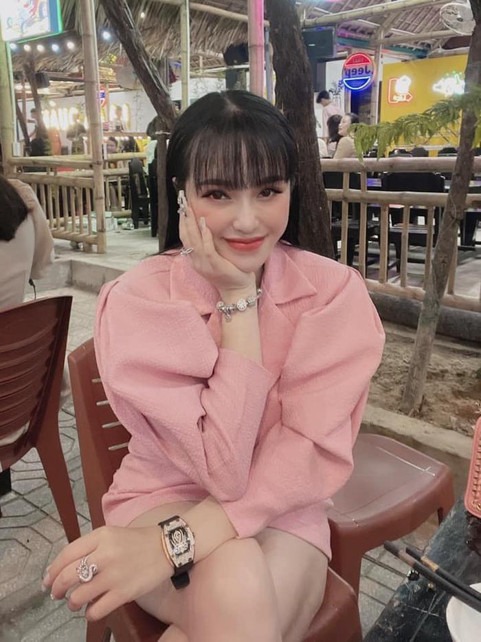 Hotgirl 22 tuổi cầm đầu đường dây buôn ma tuý ở Đà Nẵng: Vỏ bọc nhân viên spa với cuộc sống sang chảnh Ảnh 4