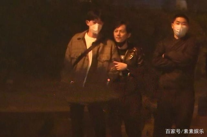 Nam MC nổi tiếng xứ Trung gây chú ý vì cử chỉ thân thiết với người con trai lạ mặt Ảnh 6