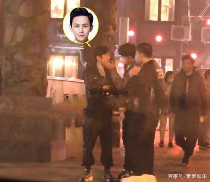 Nam MC nổi tiếng xứ Trung gây chú ý vì cử chỉ thân thiết với người con trai lạ mặt Ảnh 5