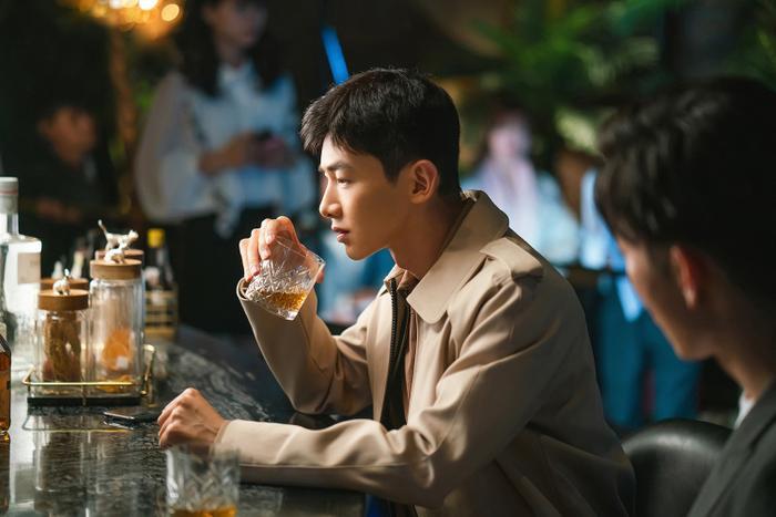 Bạch Kính Đình có lập nên kỳ tích như đại úy Yoo Shi Jin của Song Joong Ki trong Hậu duệ mặt trời? Ảnh 9