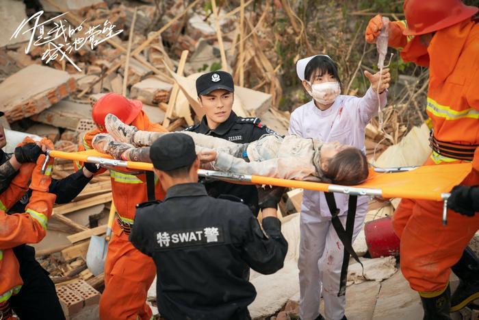 Bạch Kính Đình có lập nên kỳ tích như đại úy Yoo Shi Jin của Song Joong Ki trong Hậu duệ mặt trời? Ảnh 2