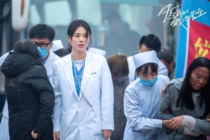 Bạch Kính Đình có lập nên kỳ tích như đại úy Yoo Shi Jin của Song Joong Ki trong Hậu duệ mặt trời? Ảnh 11