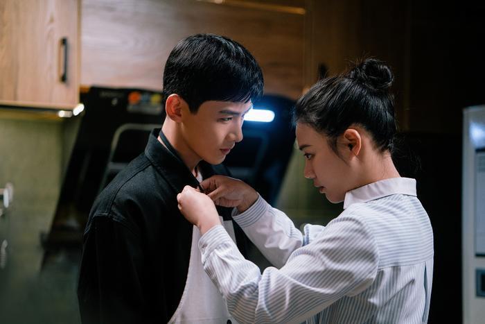 Bạch Kính Đình có lập nên kỳ tích như đại úy Yoo Shi Jin của Song Joong Ki trong Hậu duệ mặt trời? Ảnh 6