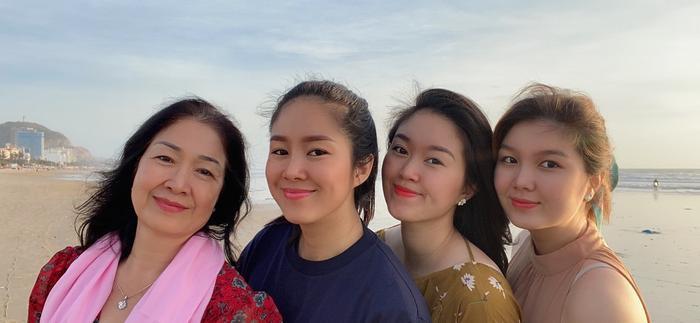 Lê Phương khiến dân tình trầm trồ khi khoe 2 cô em gái xinh như hot girl Ảnh 3