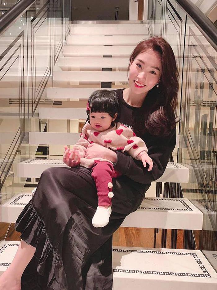 Hoa hậu Đặng Thu Thảo chúc mừng sinh nhật con gái: Bé Sophie đáng yêu hết phần thiên hạ! Ảnh 1