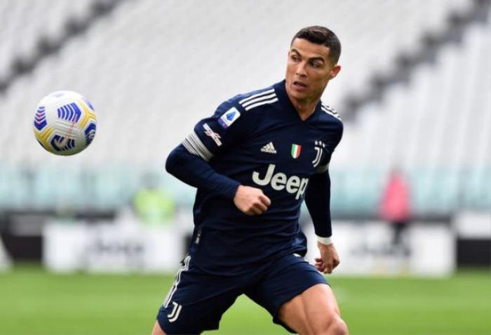 Ronaldo được tặng áo 'Cầu thủ xuất sắc nhất mọi thời đại' Ảnh 2