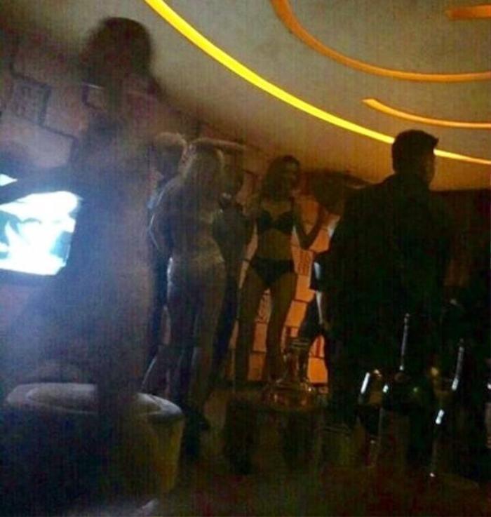 G-Dragon bị đào lại ảnh thác loạn ôm ấp phụ nữ mặc bikini, Knet gọi tên Jennie (Blackpink) Ảnh 2