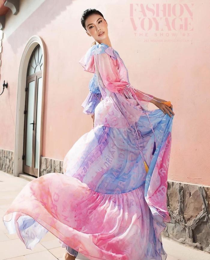 Minh Tú xoay váy thần thái đỉnh chóp tại show Fashion Voyage 3 Ảnh 1