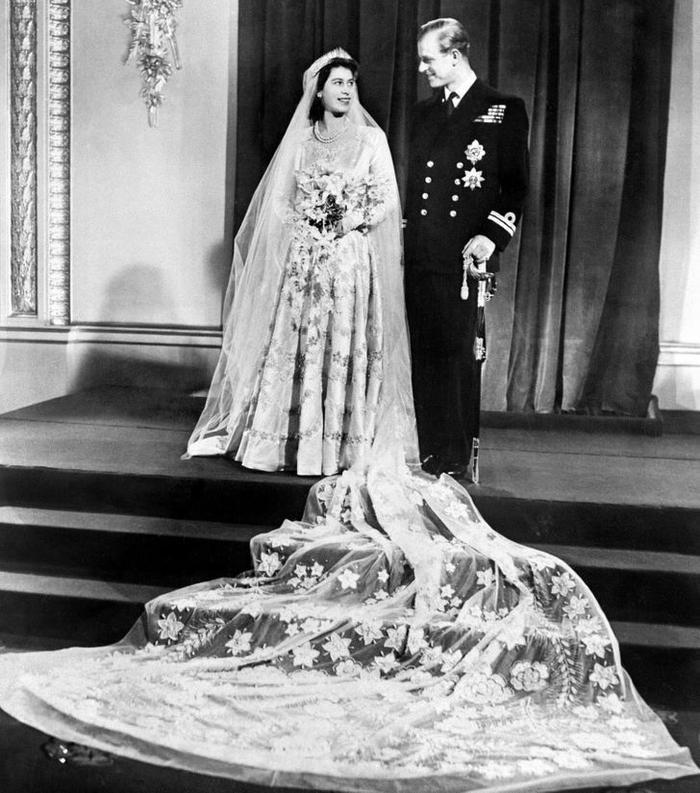 Bí ẩn tủ đồ Hoàng gia: 13 chiếc váy cưới Hoàng gia mang tính biểu tượng thế kỷ Ảnh 1