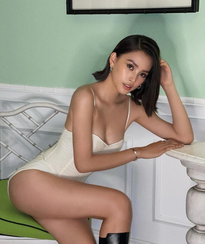 Hoa hậu Tiểu Vy diện váy không thể ngắn hơn, để lộ đôi chân dài như kiếm Nhật Ảnh 2