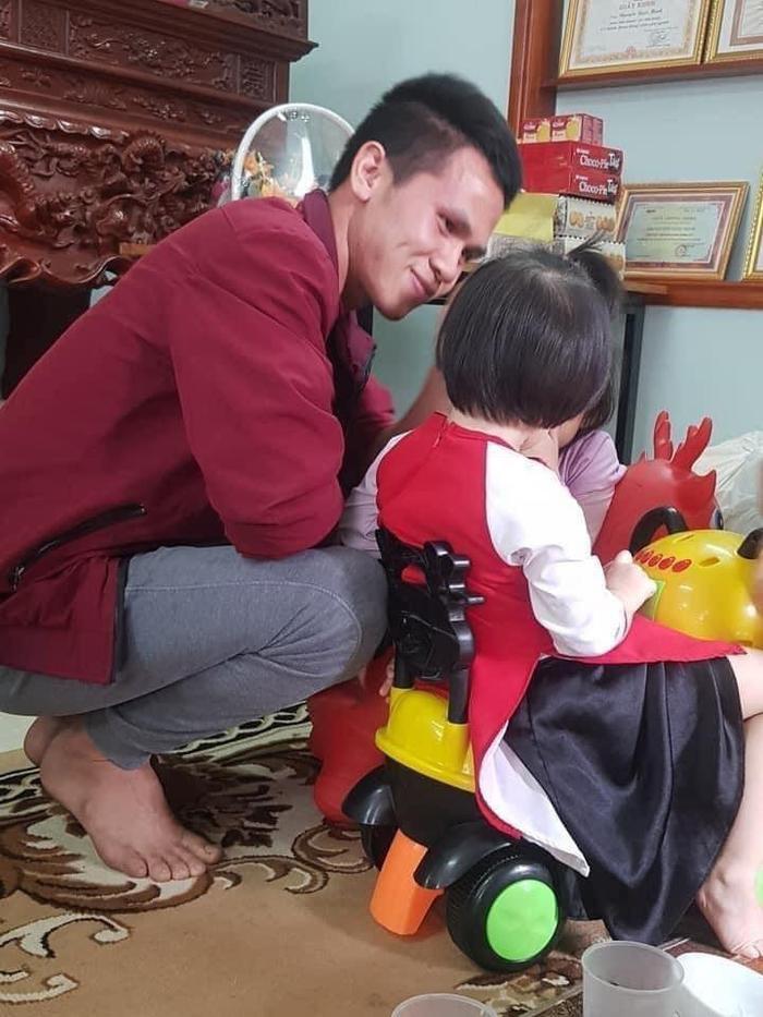 Người hùng cứu mạng bé gái 3 tuổi rơi từ tầng 12 chung cư xuống: 'Tôi đã nhận cháu làm con nuôi'