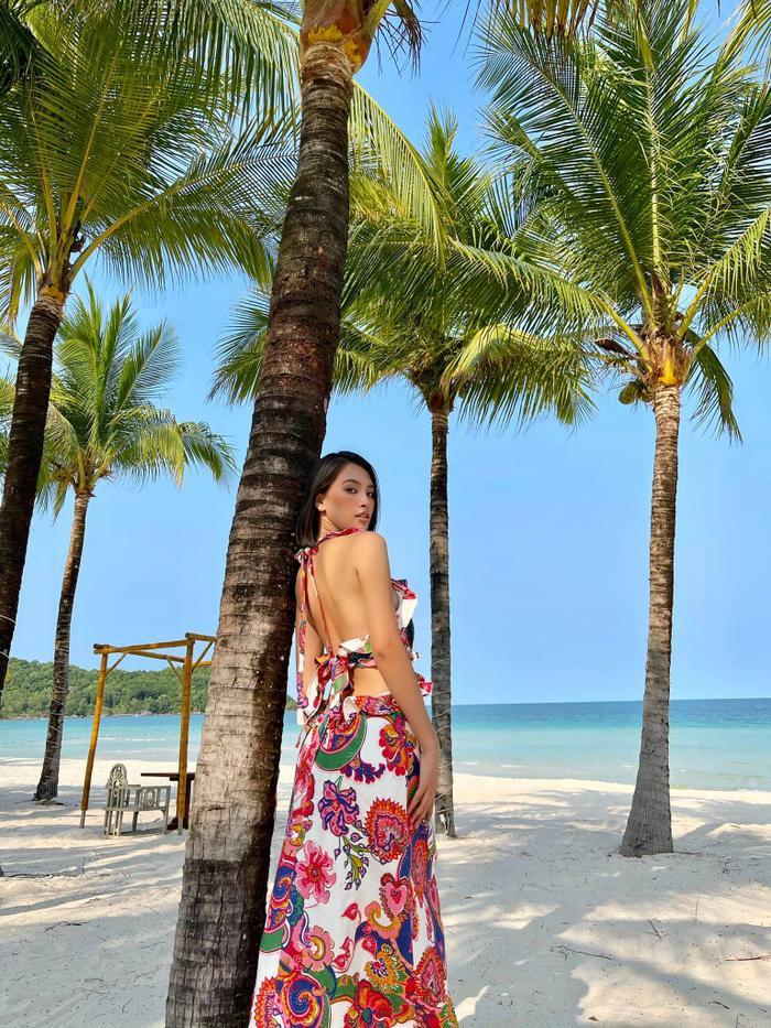 Hoa hậu Tiểu Vy khoe đường cong tỷ lệ vàng với loạt trang phục mặc đi biển Ảnh 2